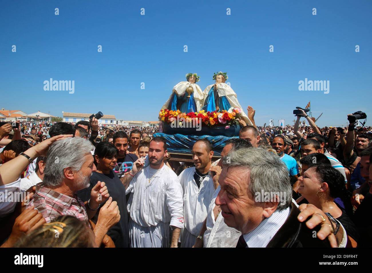 Procession with statues of patron saints Marie Jacobe and Marie Salome at Les Saintes-Maries-de-la-Mer, Bouches - Stock Image