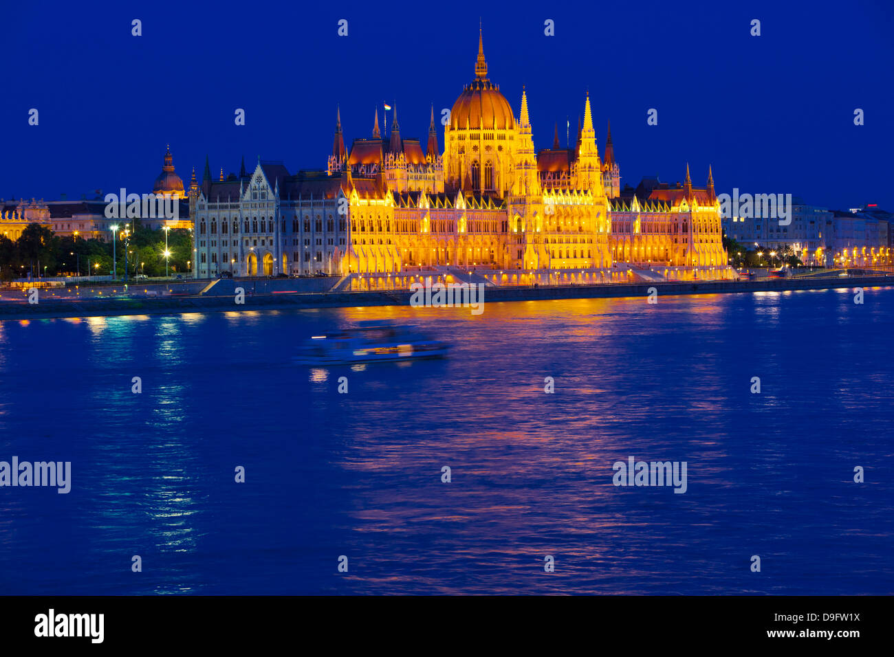 Parliament near the River Danube at night, Budapest, Hungary - Stock Image