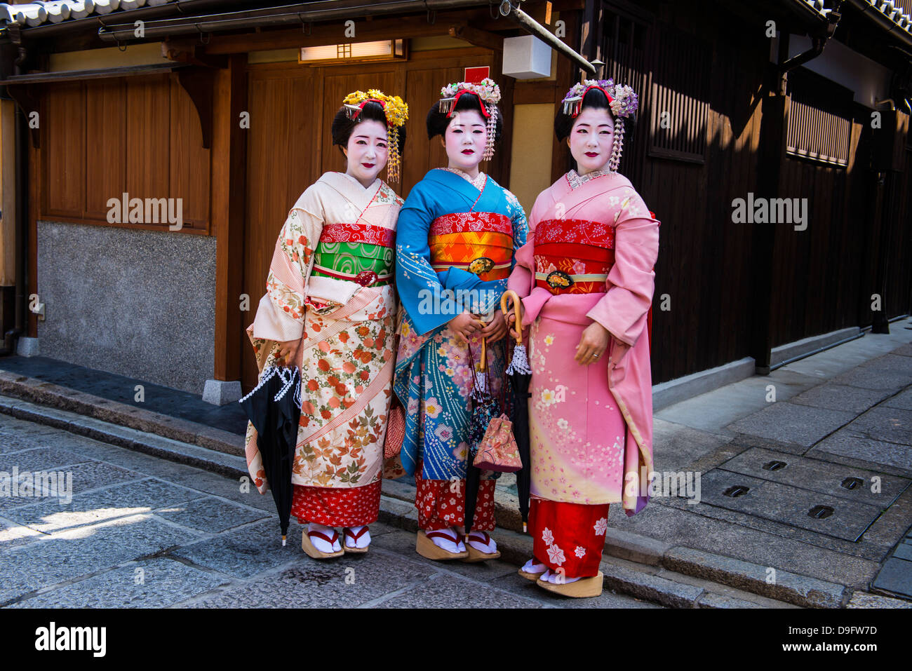 Traditionally dressed Geishas in the old quarter of Kyoto, Japan - Stock Image