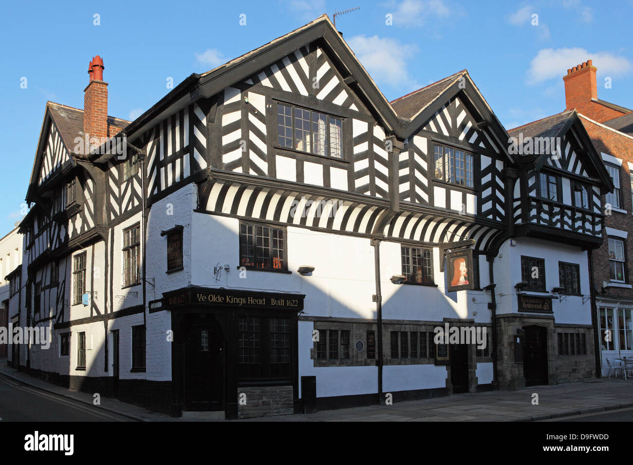The Olde King's Head, a British pub, dating from the 17th century, in Chester, Cheshire, England, UK - Stock Image