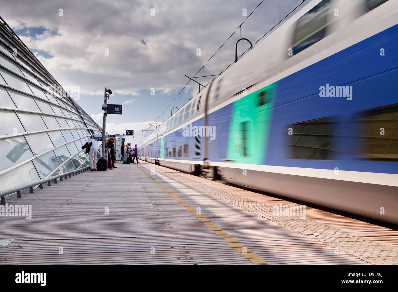 A TGV pulls into the train station of Avignon TGV, Vaucluse, France - Stock Image