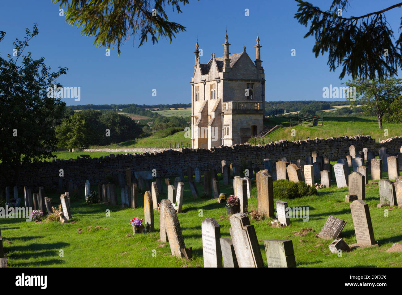 Churchyard of St. James and Jacobean lodge, Chipping Campden, Gloucestershire, Cotswolds, England, UK - Stock Image