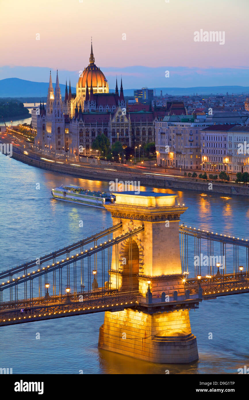 Chain Bridge, River Danube and Hungarian Parliament at dusk, UNESCO World Heritage Site, Budapest, Hungary - Stock Image