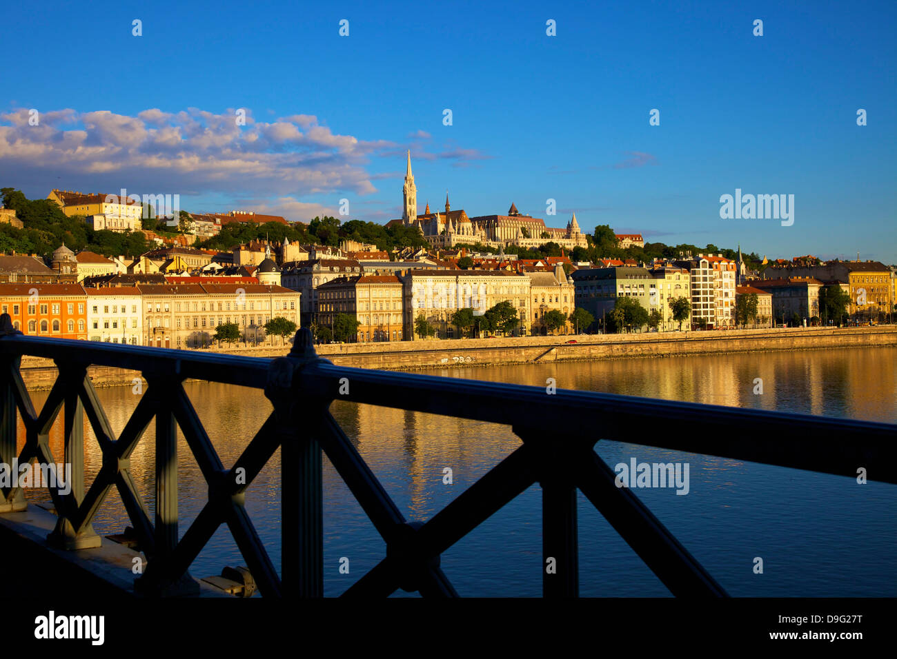 Chain Bridge, Matyas Church (Matthias Church) and Fisherman's Bastion, Budapest, Hungary - Stock Image