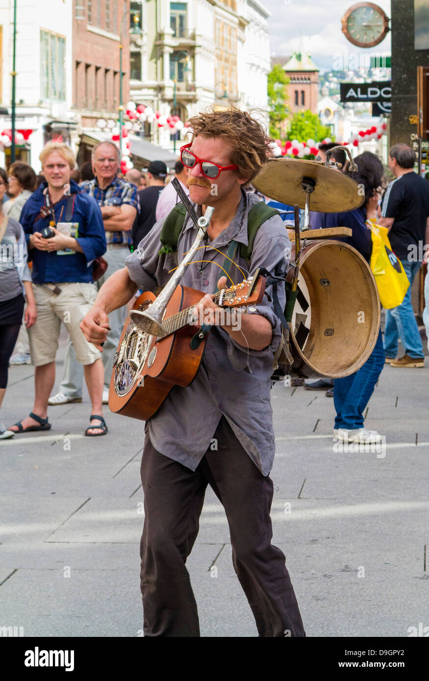 Busker street performer playing in the city centre of Oslo, Norway, Europe - Stock Image