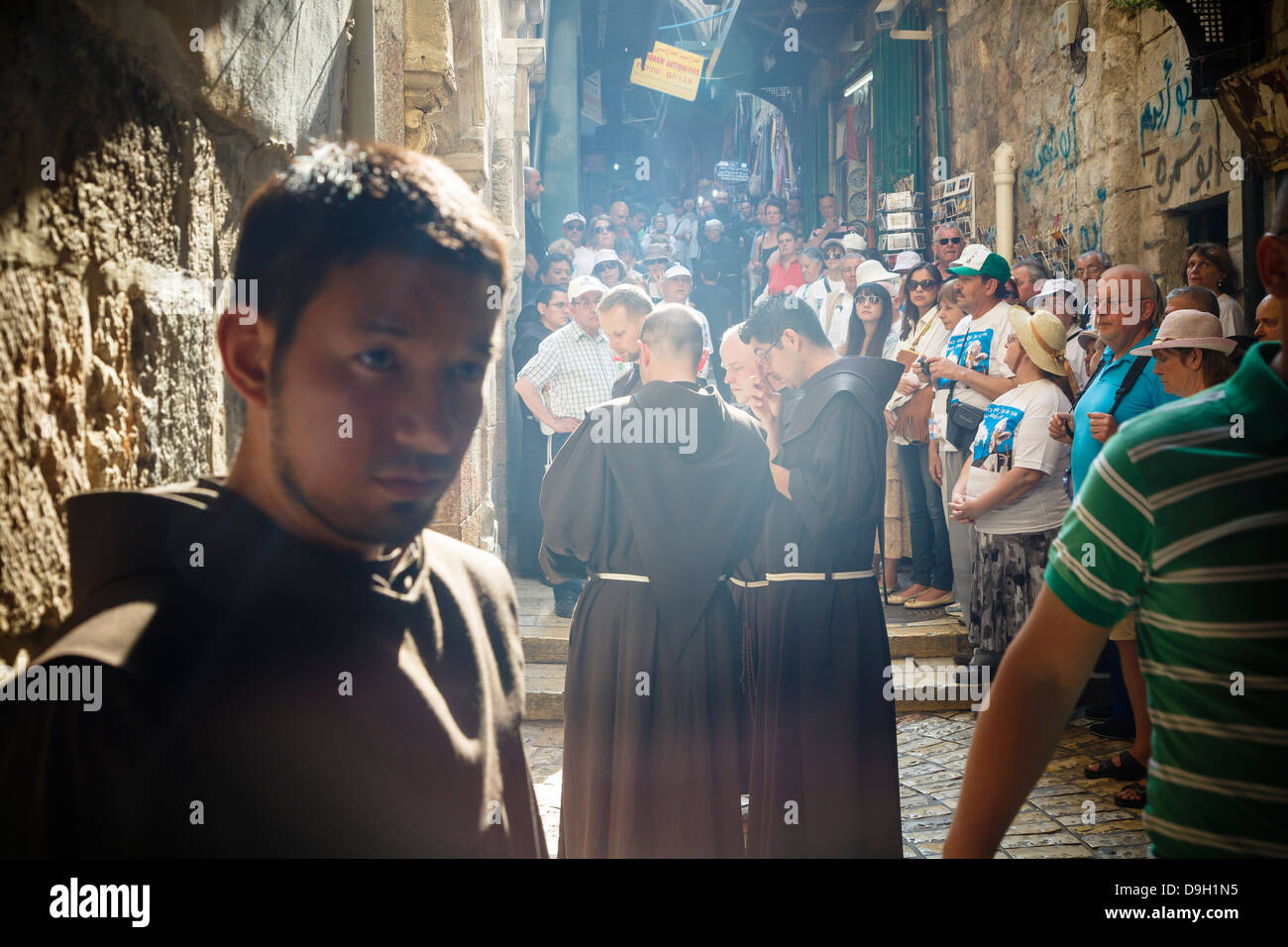 Franciscan monks at the Via Dolorosa during their regular friday procession in the old city, Jerusalem, Israel. - Stock Image