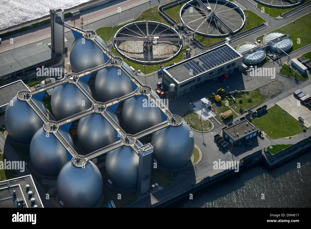 GERMANY Hamburg, sewage treatment and biogas plant of company Hamburg Wasser, biogas is processed from waste water in the steel tanks, digester gas tower and Clarifier bassin, the Sewage sludge is burned Stock Photo
