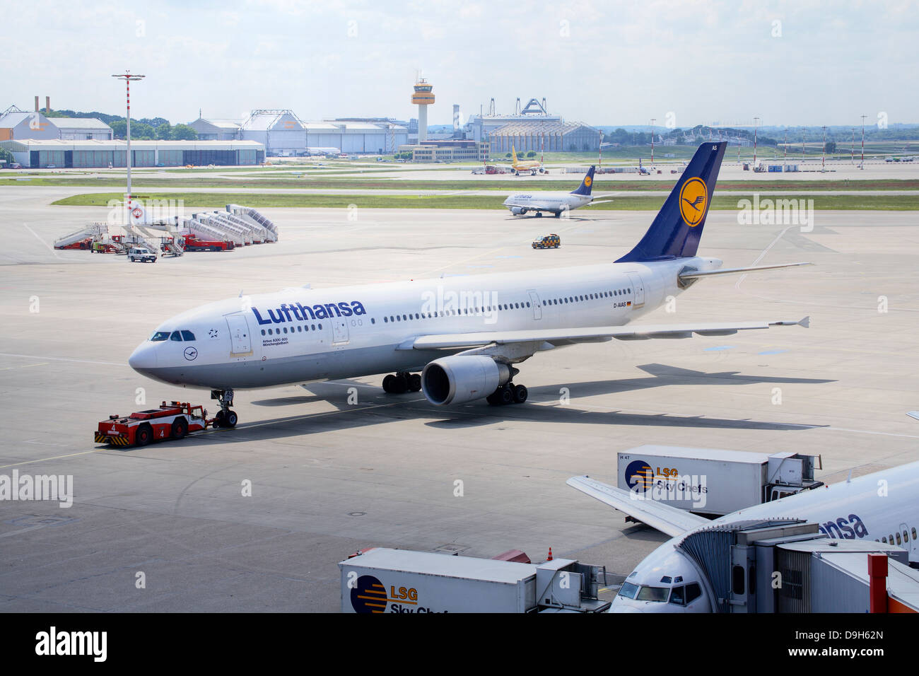 Jet of Lufthansa by the dispatch on the airport Hamburg - Stock Image