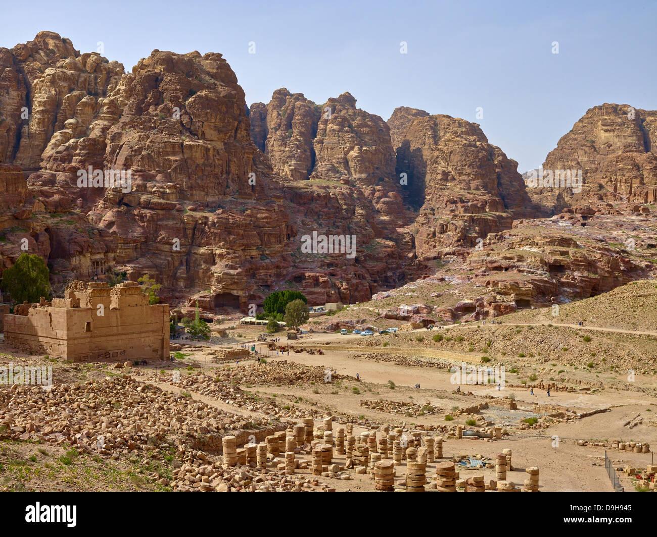 Wadi Musa mit dem Qasr el Bint, Großer Tempel, in der Felsenstadt Petra, Jordanien, Naher Osten - Stock Image