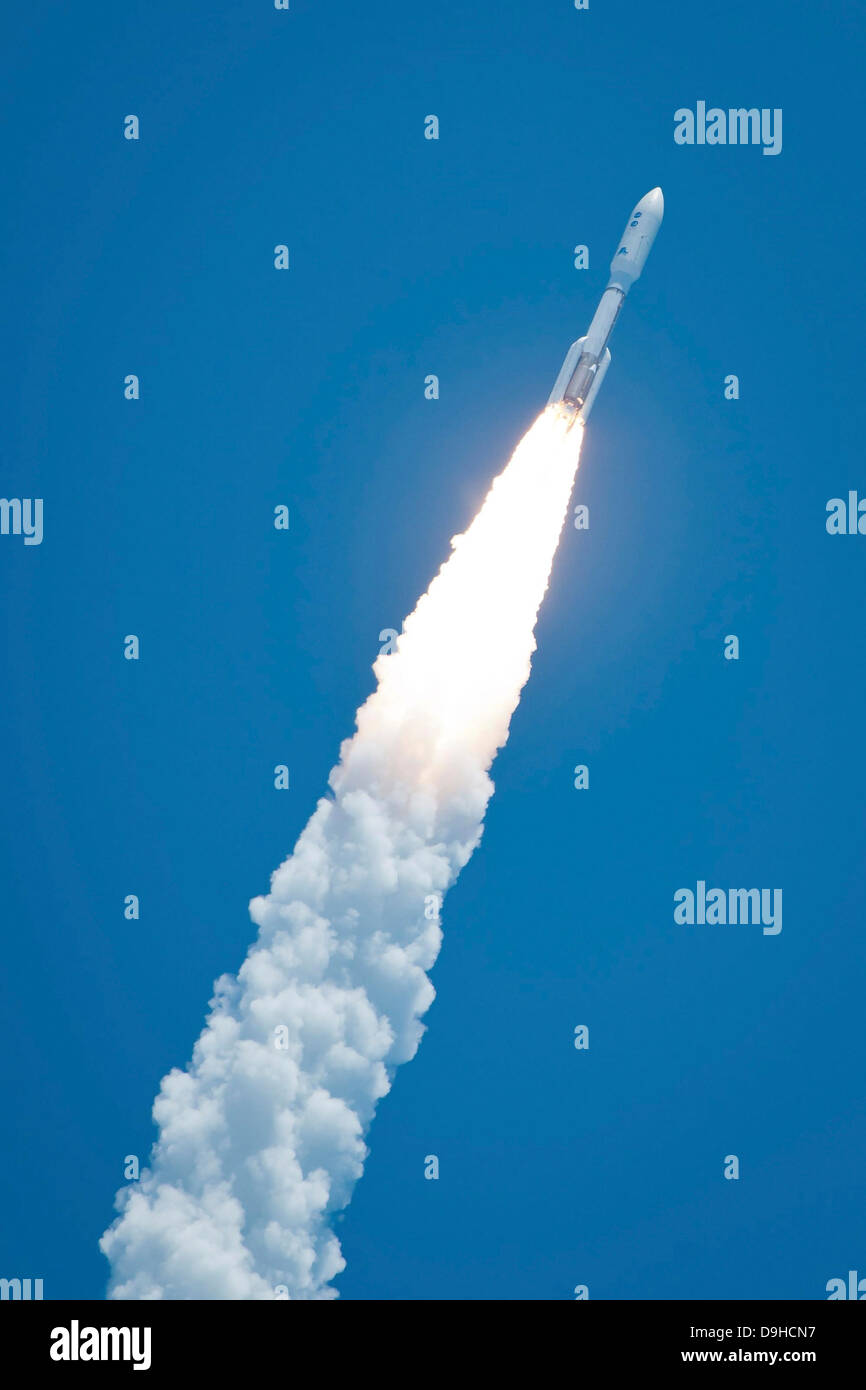 An Atlast V rocket carrying the Juno spacecraft during a midday launch. - Stock Image