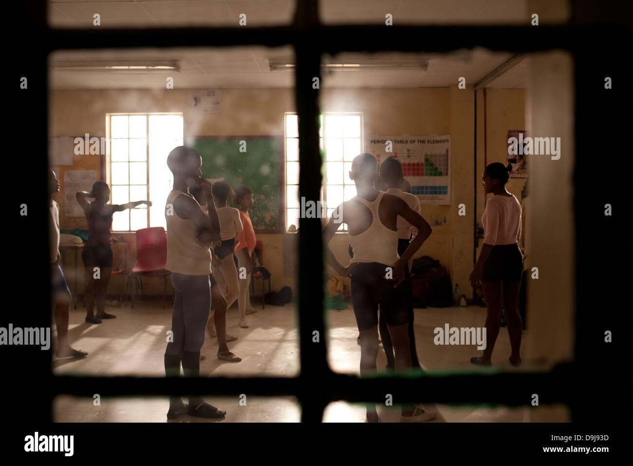 Hlengisa Primary School provides extracurricular dance training underprivileged children in Nyanga township Cape - Stock Image