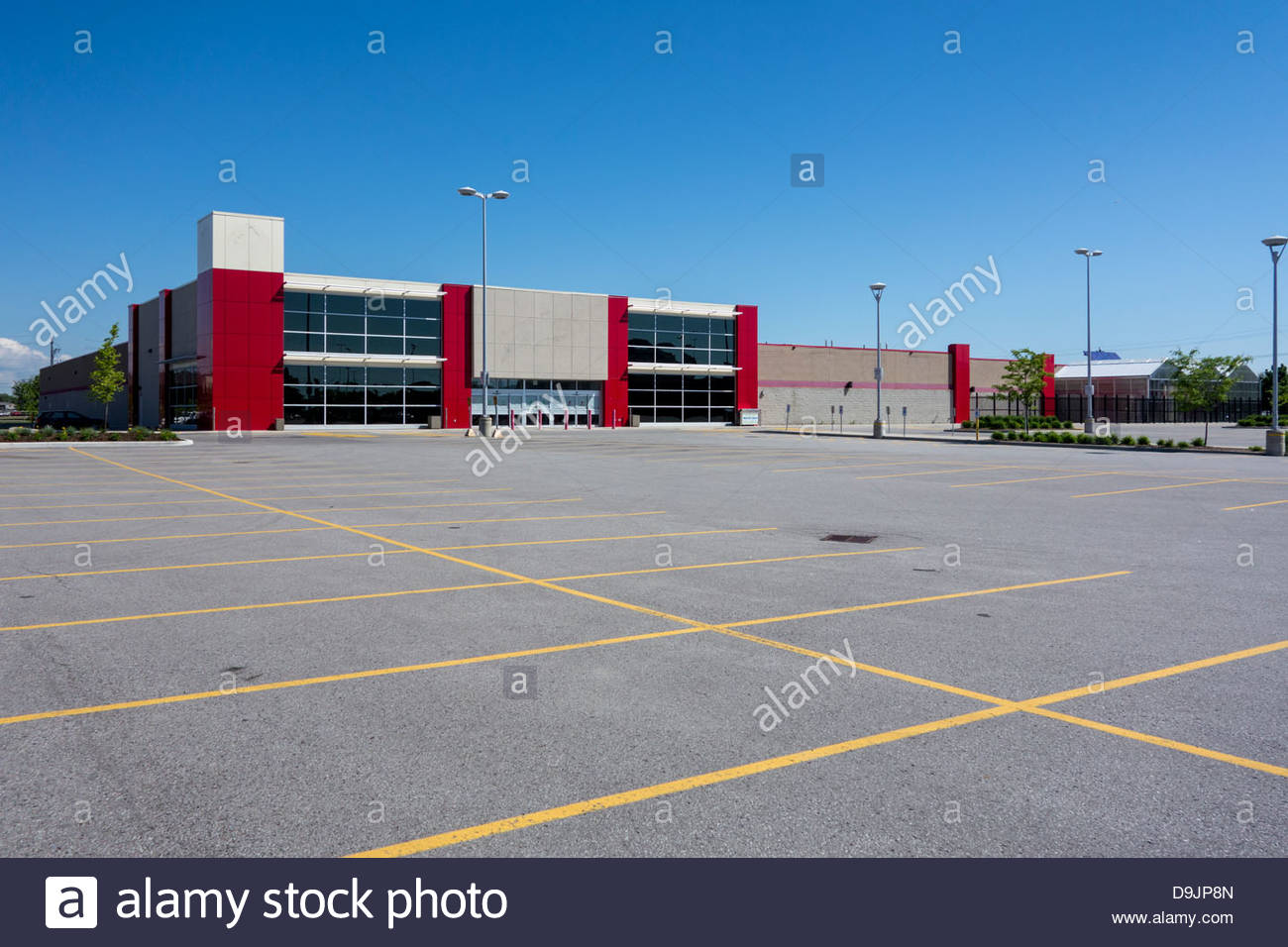 Almost new big box retail store, empty because of recession, in Toronto Ontario Canada. - Stock Image