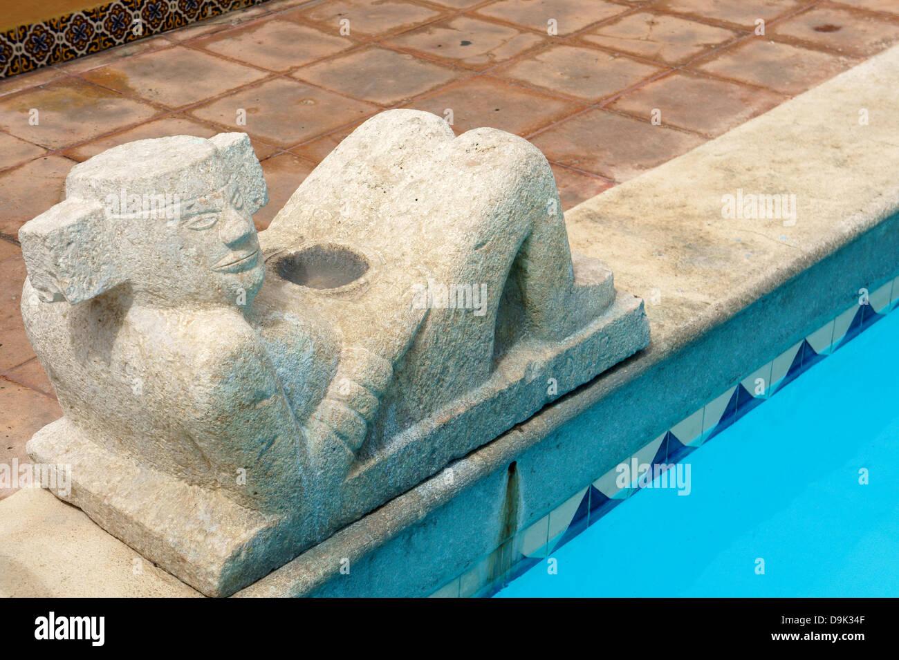 Mayan Chacmool sculpture and rooftop swimming pool at the Hotel Caribe, Merida, Yucatan, Mexico - Stock Image