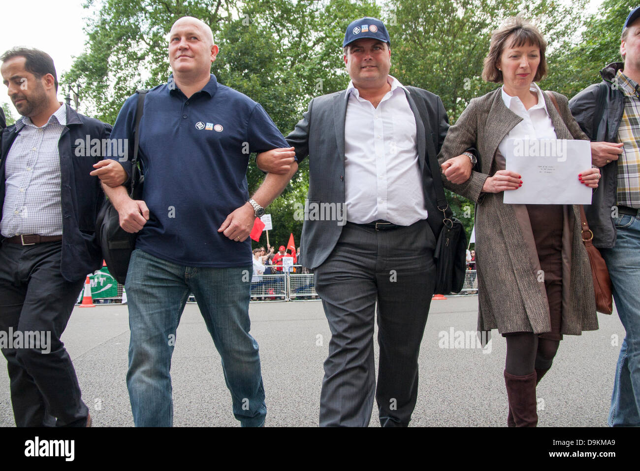 London, UK. 21st June 2013.  Arms linked, a delegation from the protest outside the Turkish embassy crosses the - Stock Image