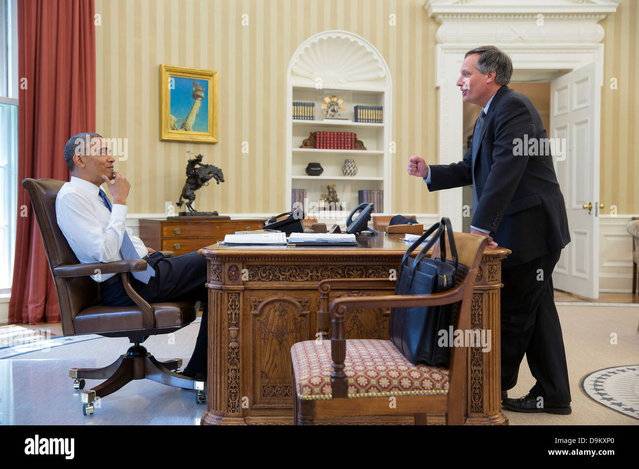 US President Barack Obama talks with Mark Childress, Deputy Chief of Staff for Planning, in the Oval Office of the - Stock Image
