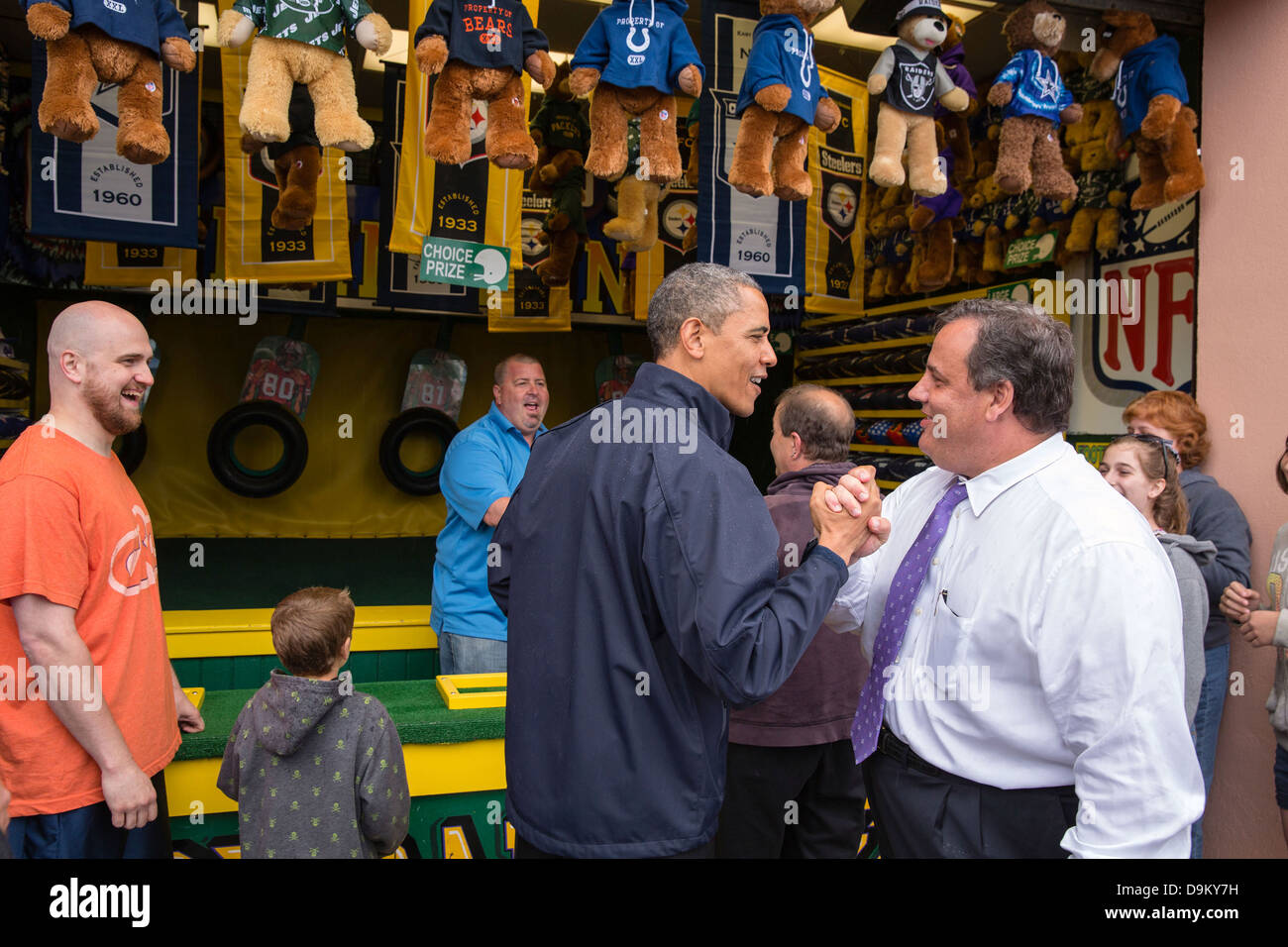 US President Barack Obama congratulates New Jersey Governor Chris Christie while playing the 'TouchDown Fever' - Stock Image