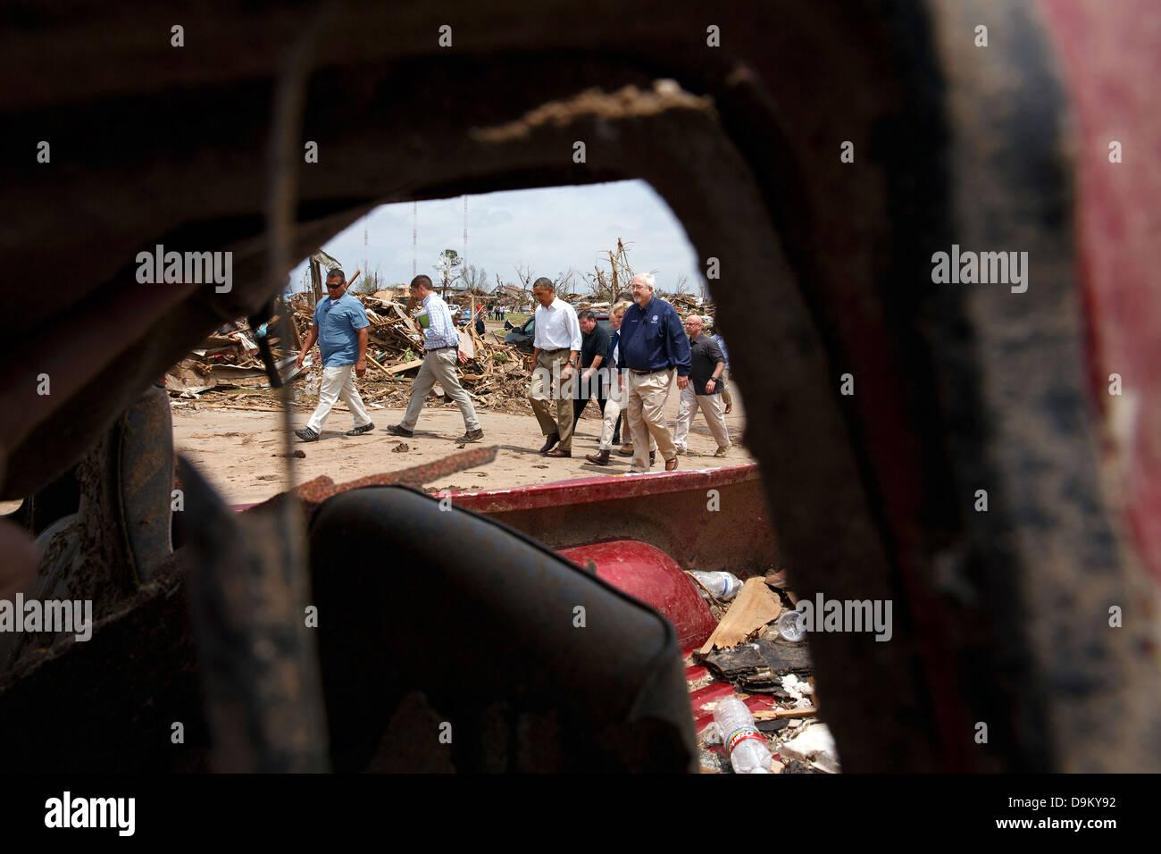 US President Barack Obama tours tornado damage along a block of Eagle Drive May 26, 2013 in Moore, OK. Oklahoma - Stock Image
