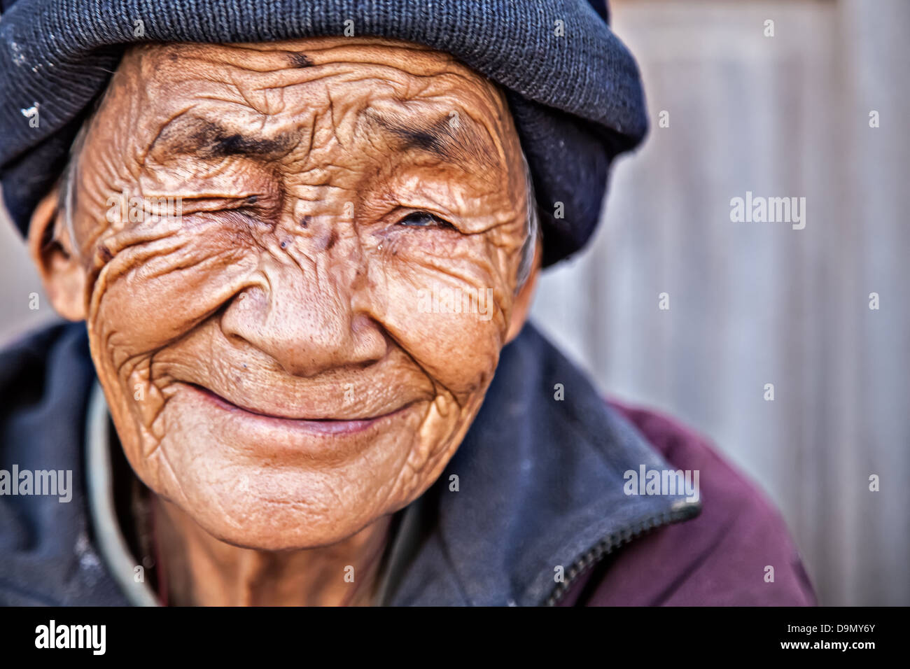 Old woman from Tibet smiling - Stock Image