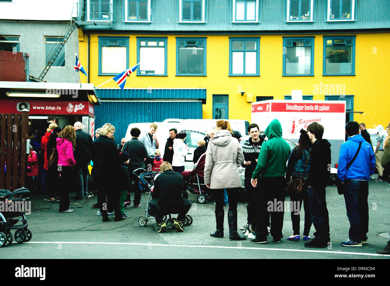 A queue gathers near Anarholl in central Reykjavik, all waiting for a snack--hot dogs, Baejarins Bestu, the most - Stock Image