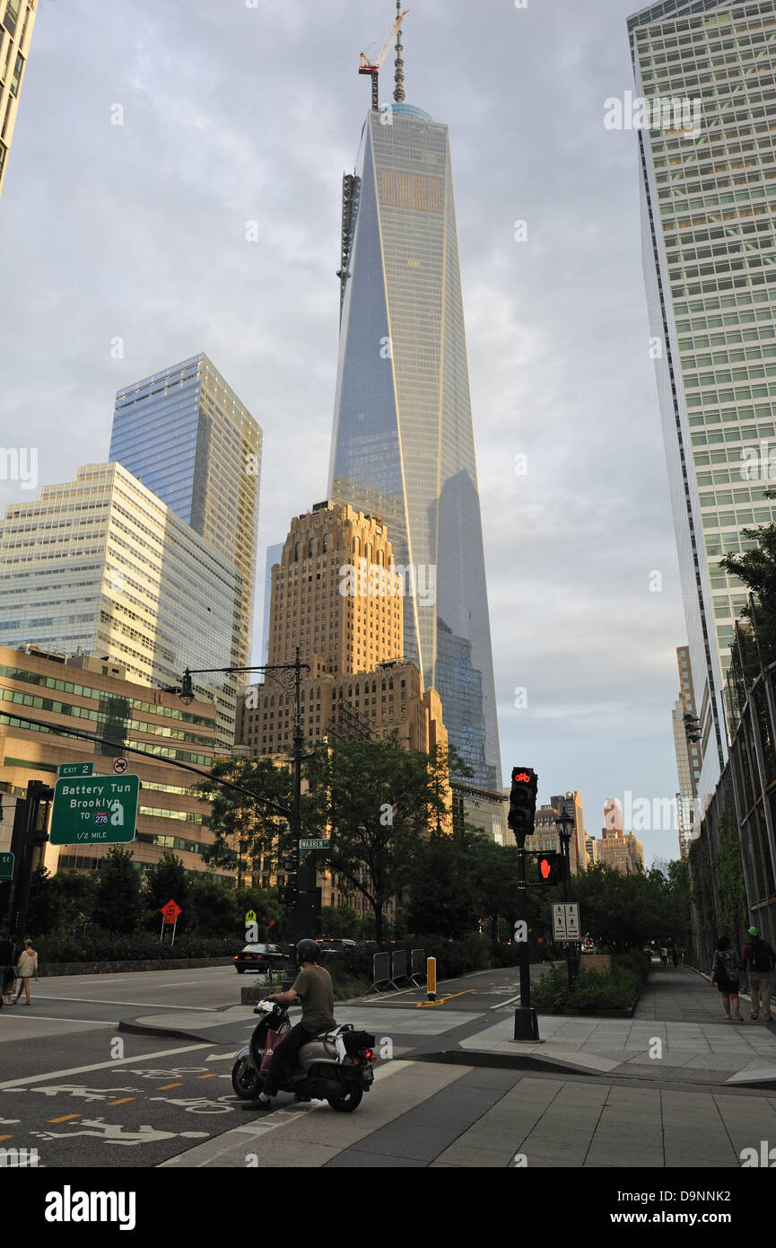 1 World Trade Center towers over the Art Deco Barclay-Vesey building in lower Manhattan, New York City. - Stock Image
