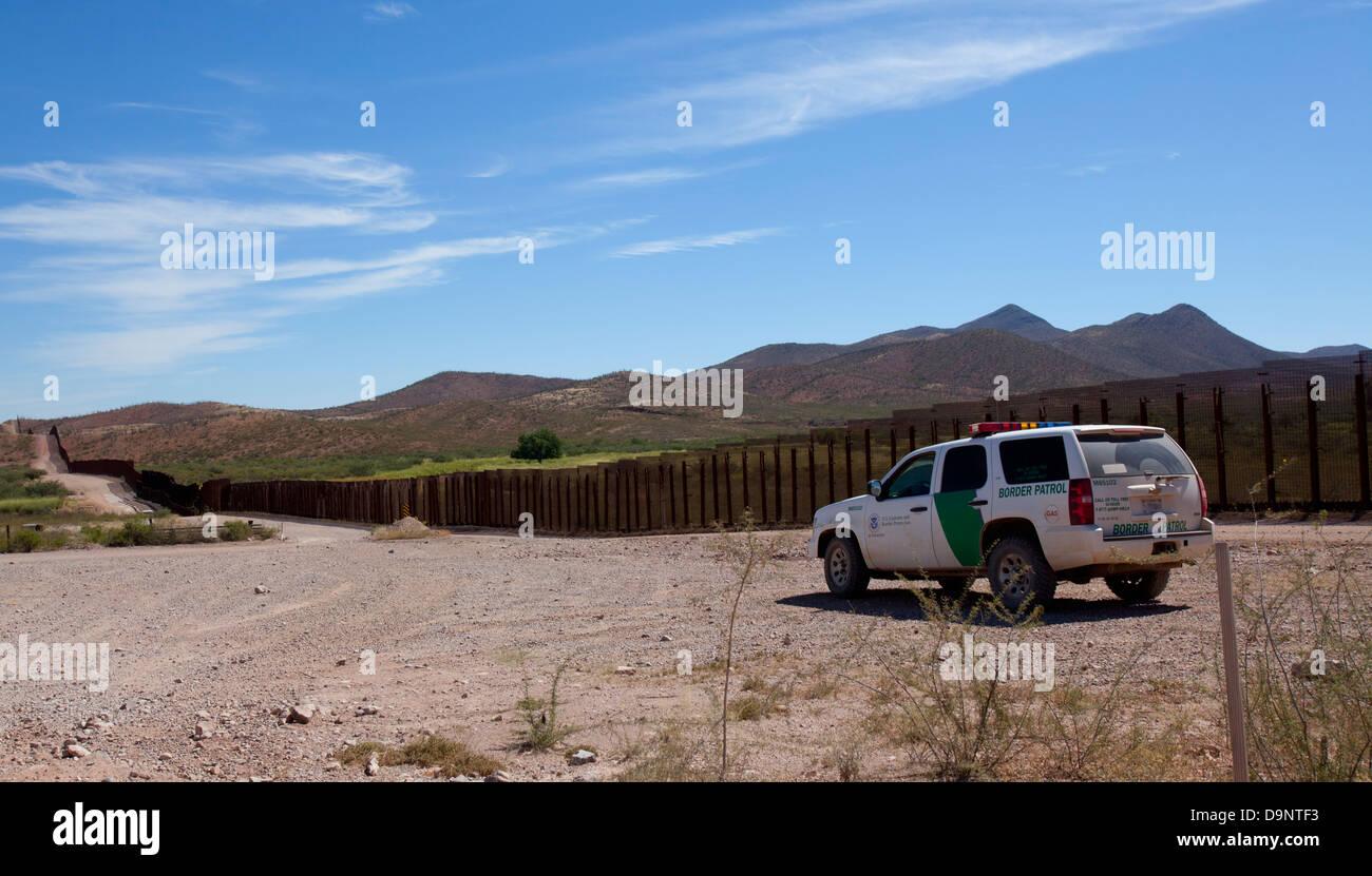 US border patrol vehicle and border fence near Bisbee AZ - Stock Image
