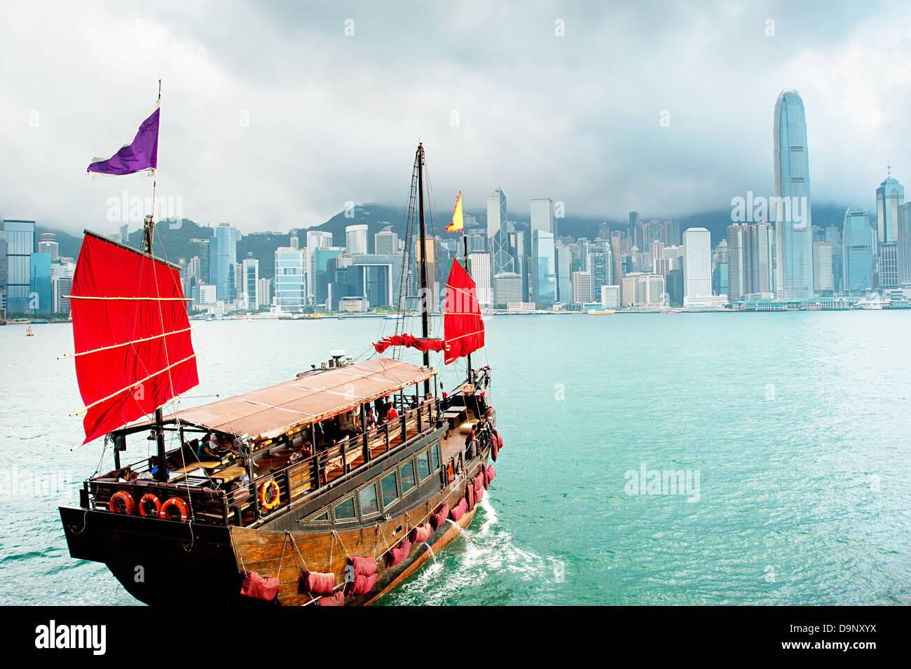 Traditional chinese-style sailboat sailing in Hong Kong harbor - Stock Image