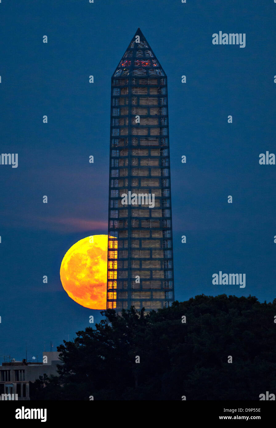 A supermoon rises behind the Washington Monument. This year the Supermoon is up to 13.5% larger and 30% brighter Stock Photo