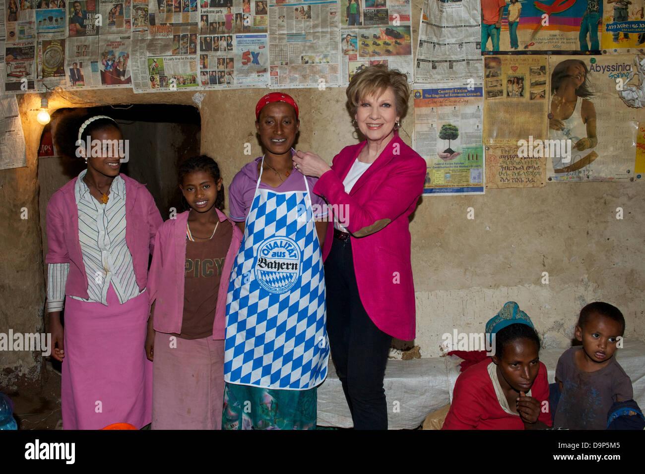 Exklusiv: Die Moderatorin Carolin Reiber schenkt am 15.03.2013 in Addis Abeba (Äthiopien) Köchin Mimi - Stock Image