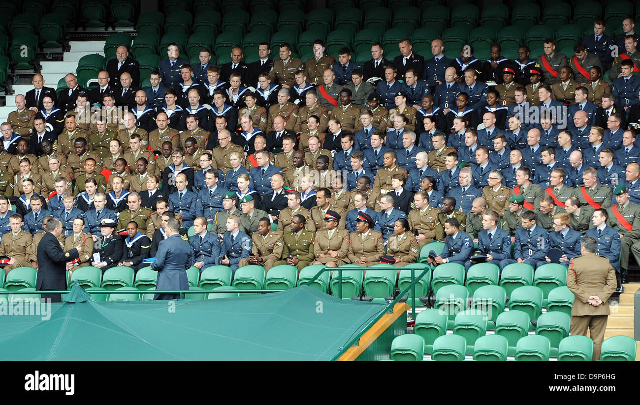 MEMBERS OF THE ARMED FORCES HA THE WIMBLEDON CHAMP THE WIMBLEDON CHAMPIONSHIPS 20 THE ALL ENGLAND TENNIS CLUB WIMBLEDON - Stock Image