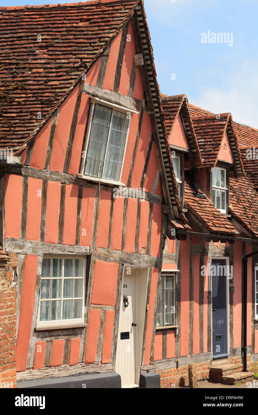 Pink timbered cottages in medieval village of Lavenham, Suffolk, England, UK, Britain - Stock Image