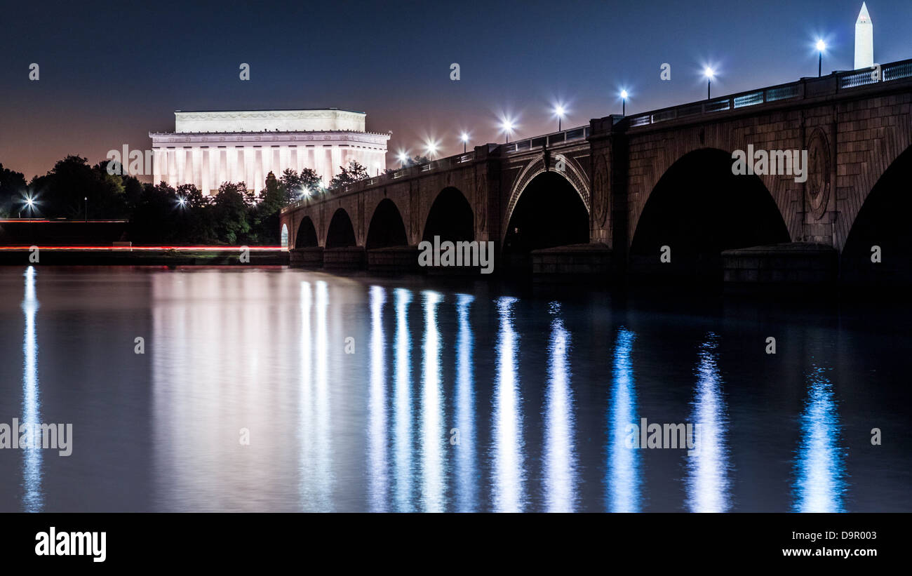Lincoln Memorial and the Arlington Memorial Bridge by night viewed from the banks of the Potomac river - Stock Image