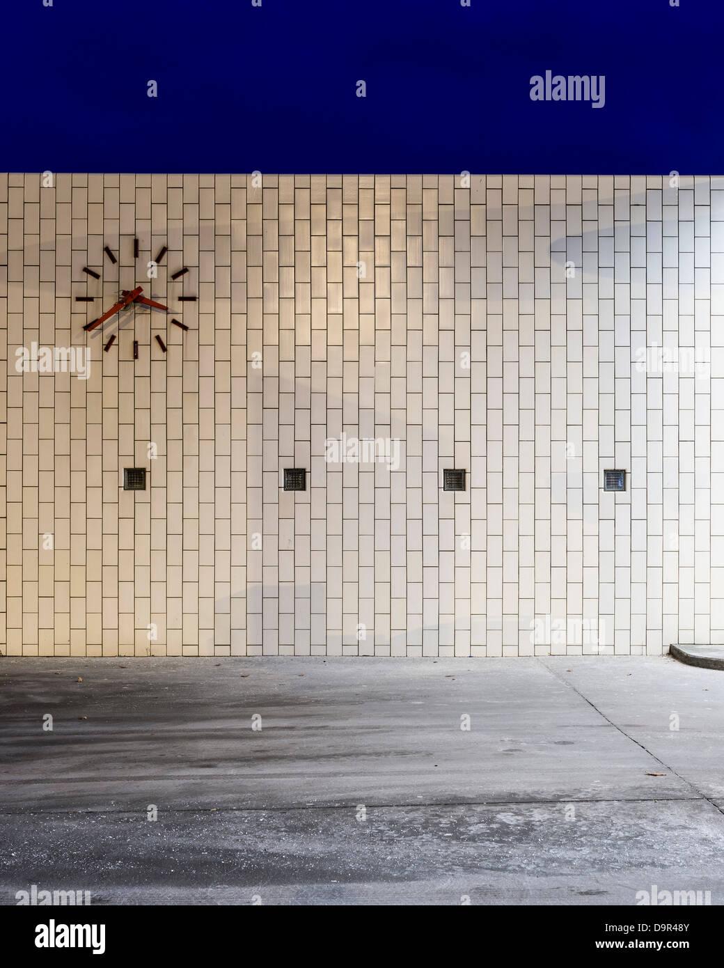 Skovshoved Petrol Station, Copenhagen, Denmark. Architect: Arne Jacobsen, 1936. View of tiled wall and clock. Stock Photo