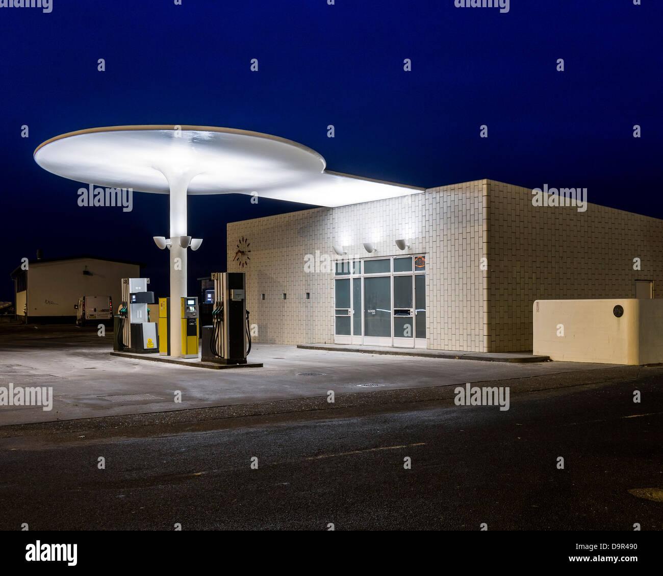 Skovshoved Petrol Station, Copenhagen, Denmark. Architect: Arne Jacobsen, 1936. Side elevation at night. Stock Photo