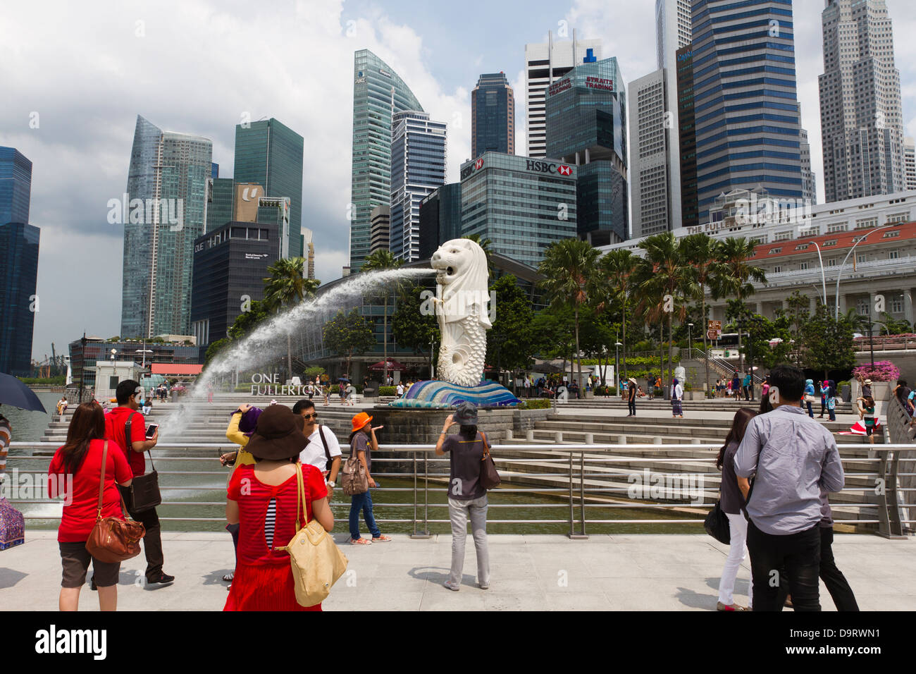 Tourists taking pictures at the Merlion Staue, Marina Bay, Singapore - Stock Image