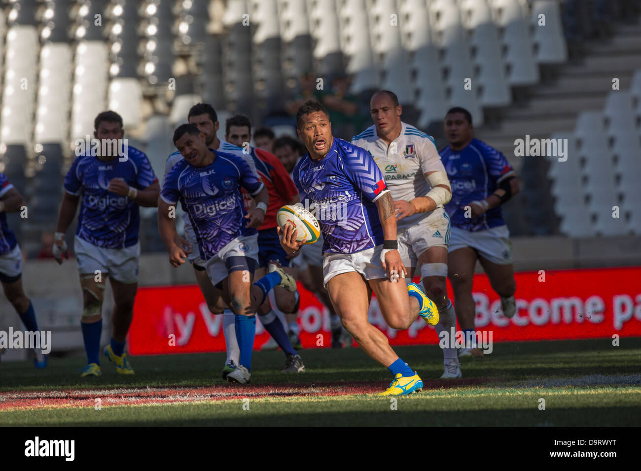 Samoa's Lohnny Leota makes a break with Sergio Parisse during the rugby match between Italy and Samoa at Mbombela - Stock Image
