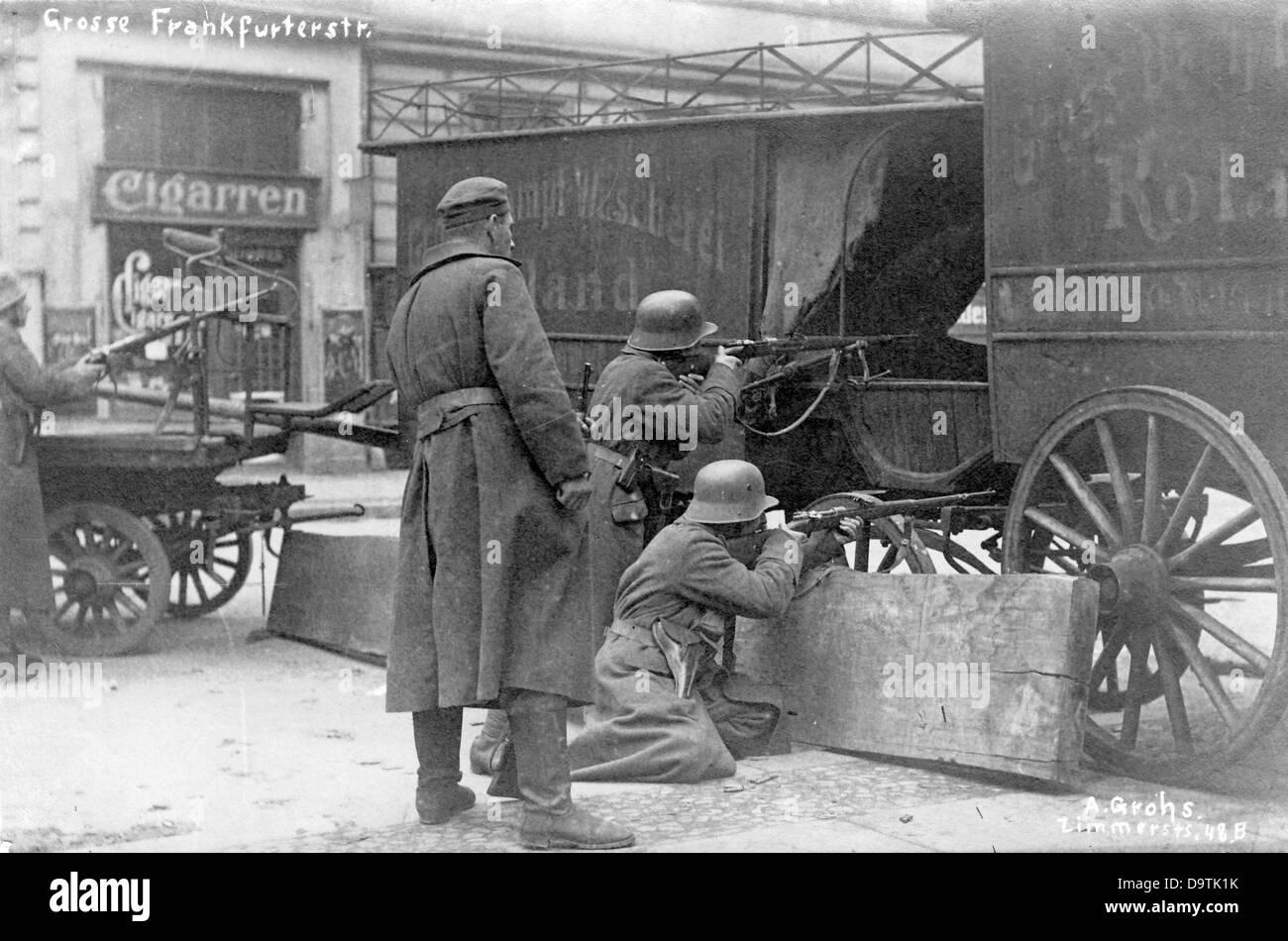 German Revolution 1918/1919: Scene of the street fights at a barricade in Grosse Frankfurter Strasse in Berlin, - Stock Image