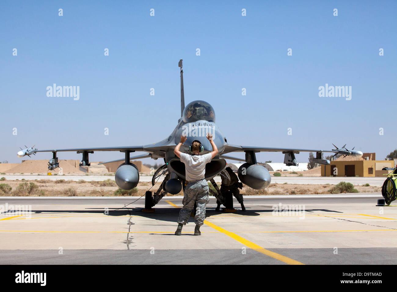 Crew chiefs Senior Airman Kristen Lee and Technical Sgt. Joshua Matthews from the 140th Maintenance Squadron, Colorado - Stock Image