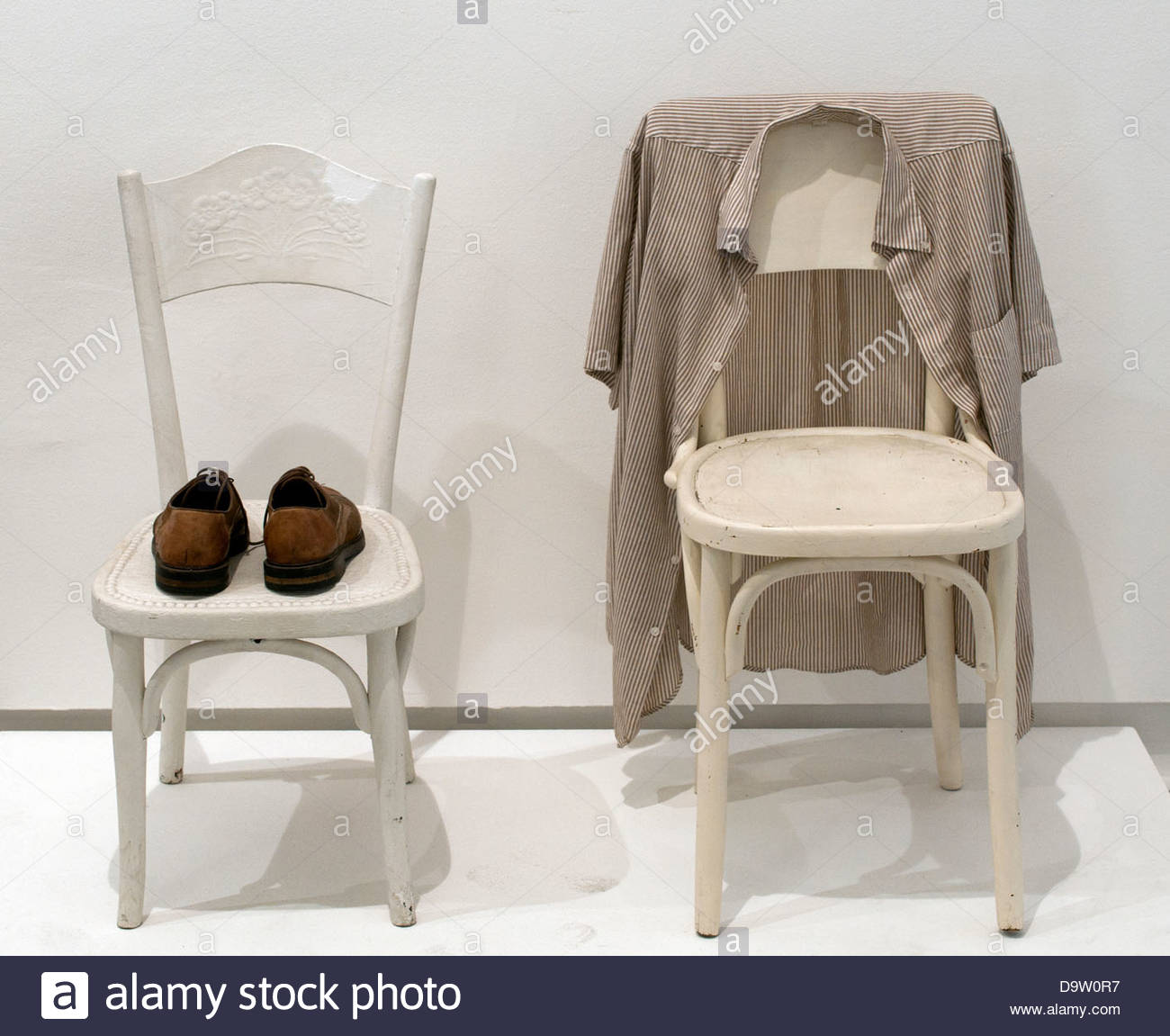 Deux chaises chaussures et chemise - Two chairs shoes and shirt 1964 George Brecht  American United States of America - Stock Image