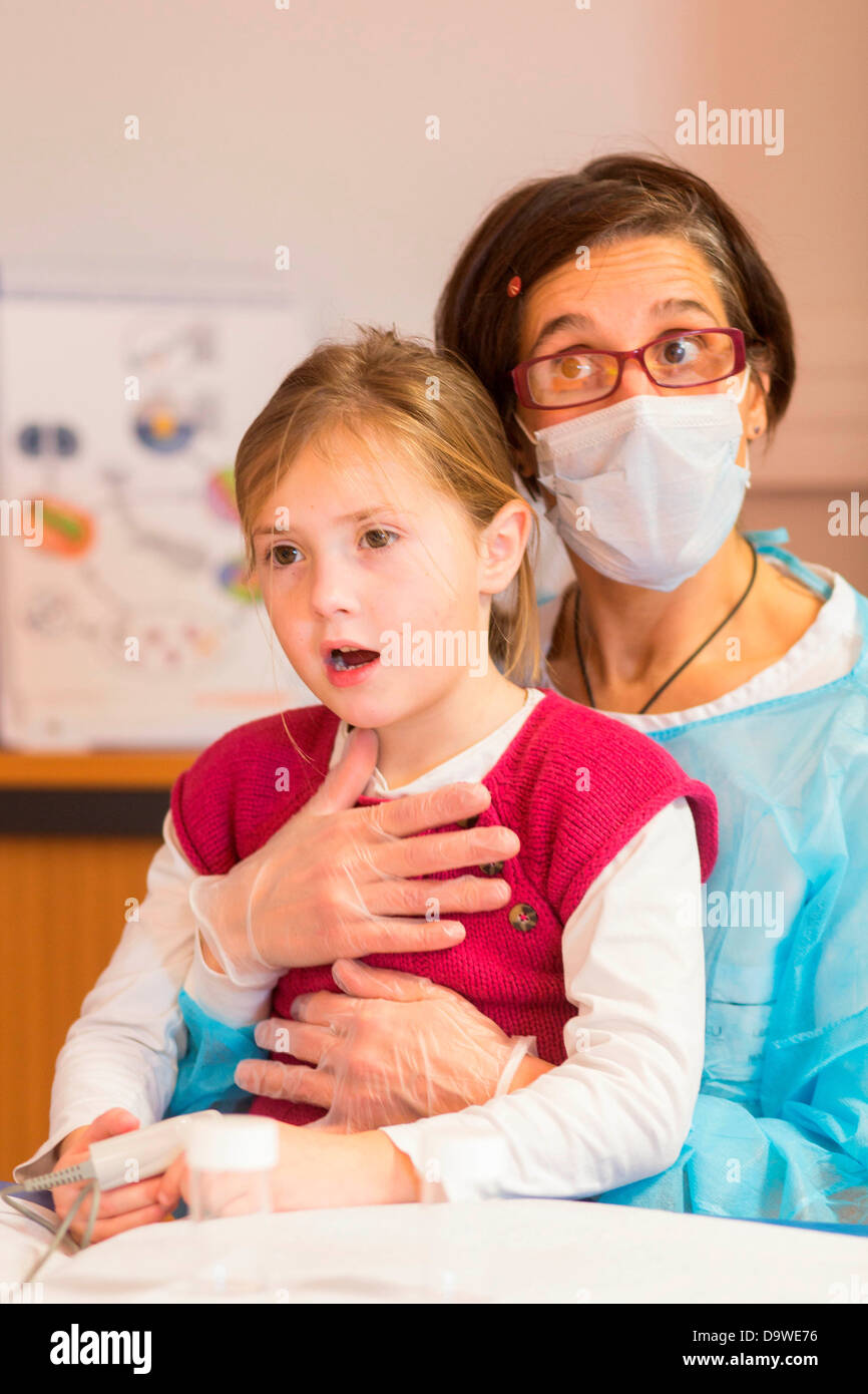 Annual Review 4 year old girl suffering from mucoviscidosis Here respiratory physiotherapy session Limoges hospital - Stock Image