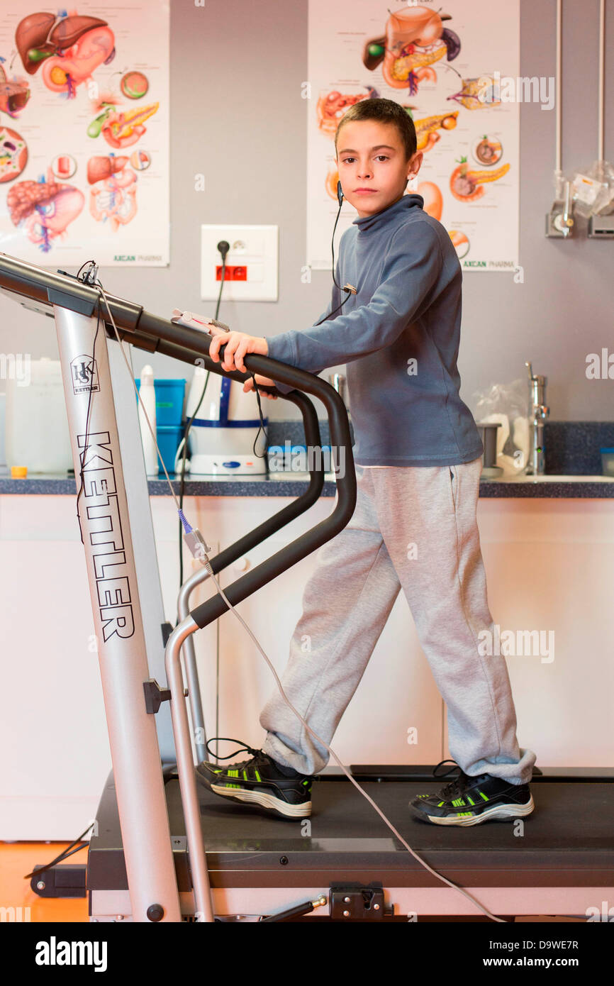 Annual Review 11 year old boy mucoviscidosis Here rehabilitation session in effort physiotherapist Limoges hospital - Stock Image