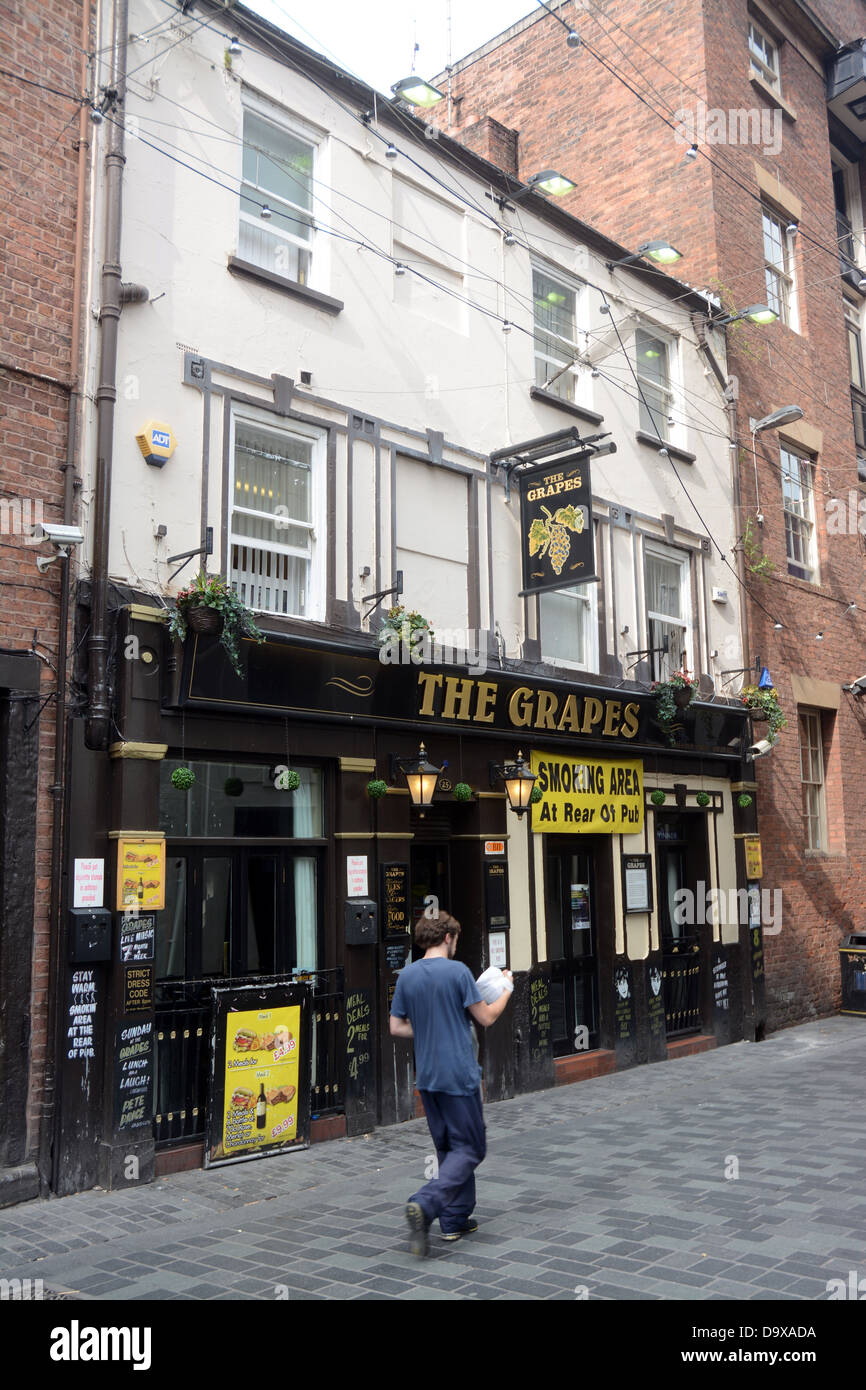 The Grapes pub in Mathew St Liverpool busy opposite the site of the original Cavern Club. The Beatles used to drink - Stock Image