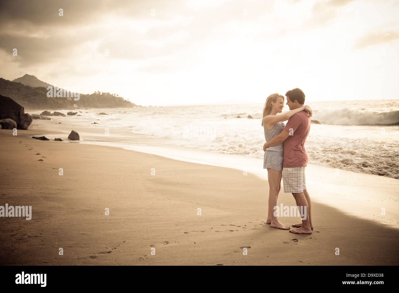 Romantic young couple on beach - Stock Image