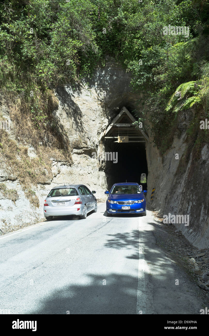 dh Forgotten World Highway MOKI TUNNEL NEW ZEALAND SH43 state highway tunnel entrance two cars passing place - Stock Image