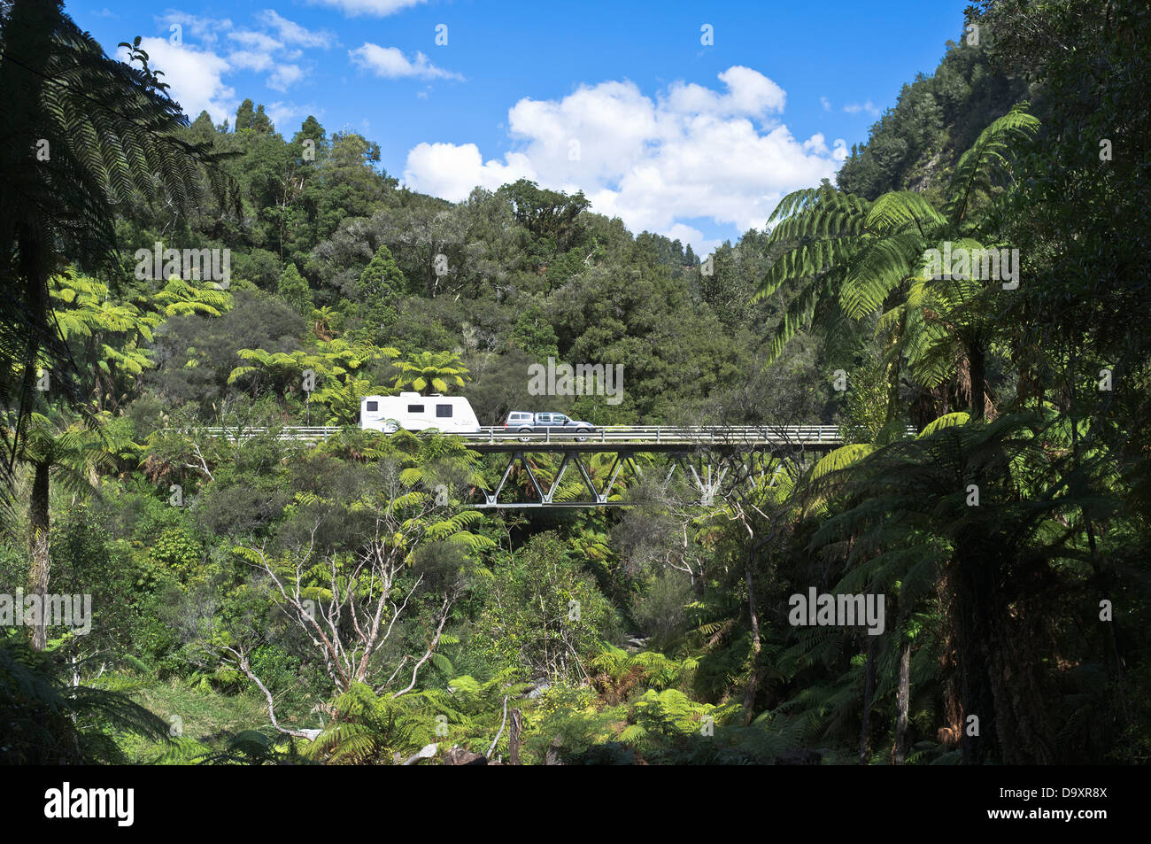 dh Forgotten World Highway OHURA ROAD NEW ZEALAND Car pulling caravan over Tangarakau Gorge bridge - Stock Image