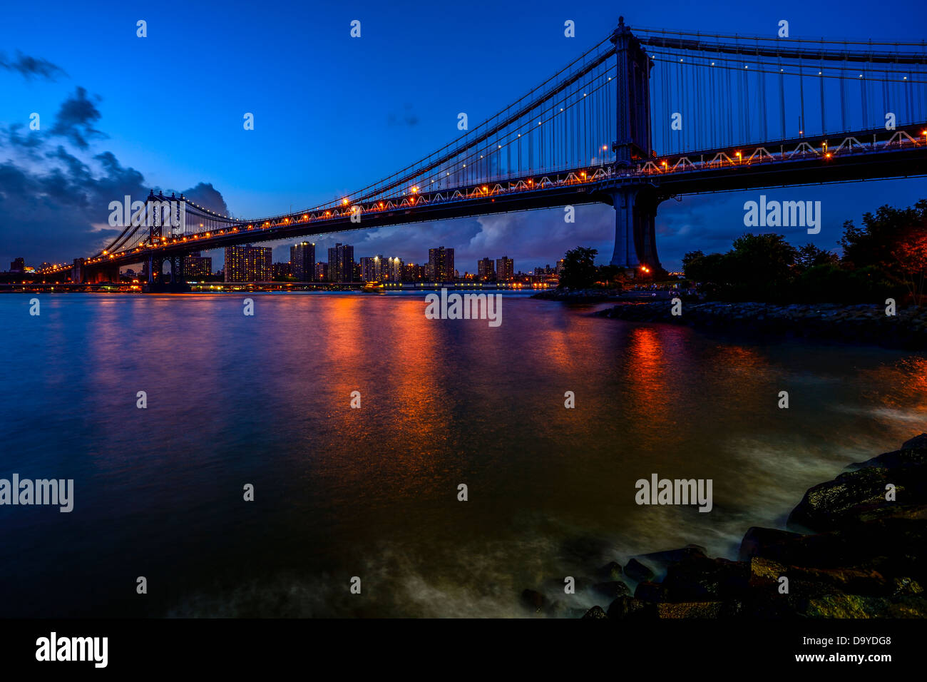 Night view of Manhattan Bridge and Lower Manhattan, New York City - Stock Image