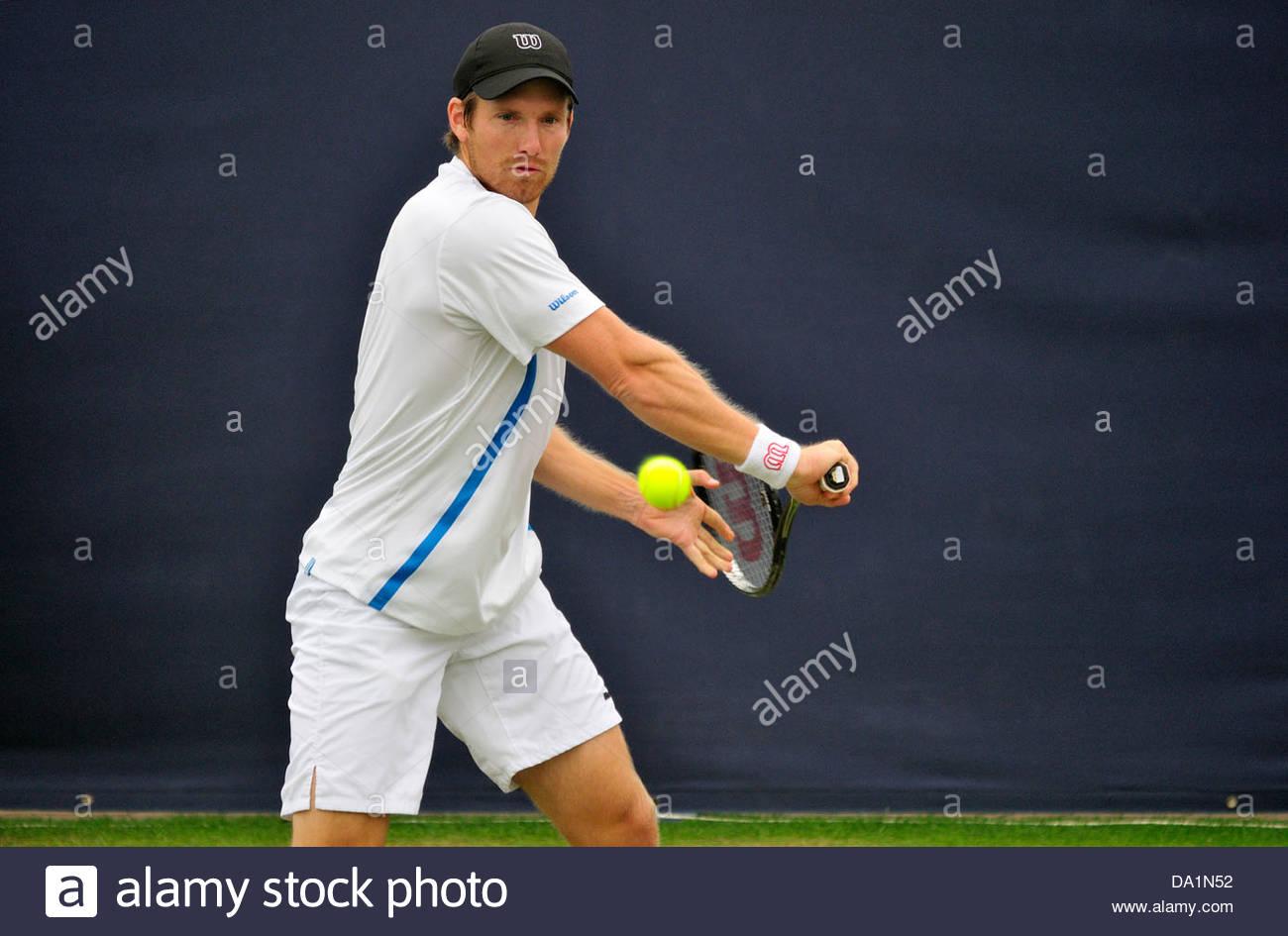 Alexander Peya (Austria) playing a backhand at Eastbourne, 2013 - Stock Image