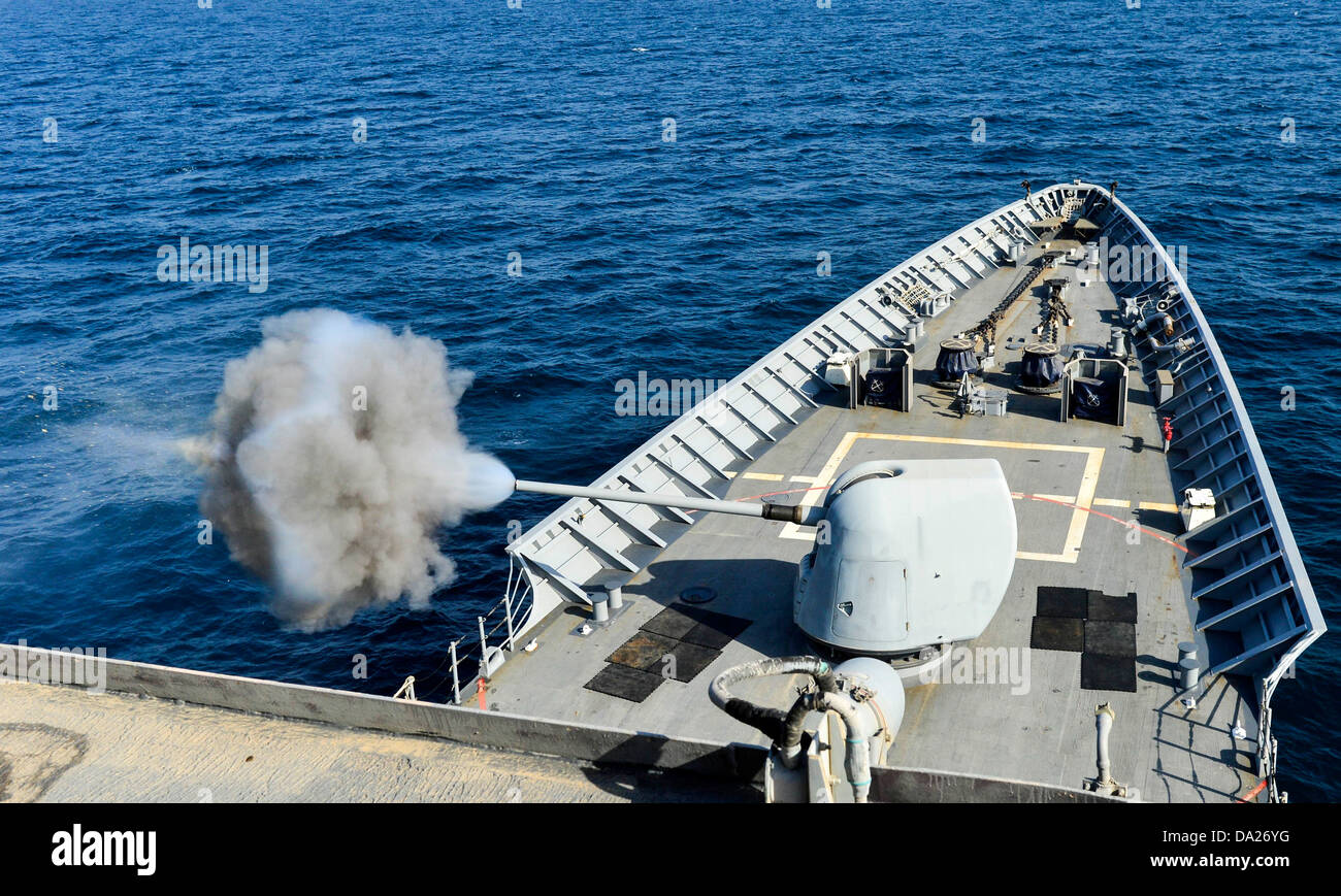 US Navy guided-missile cruiser USS Monterey fires its MK-45 5-inch, .54-caliber lightweight gun during a live-fire - Stock Image