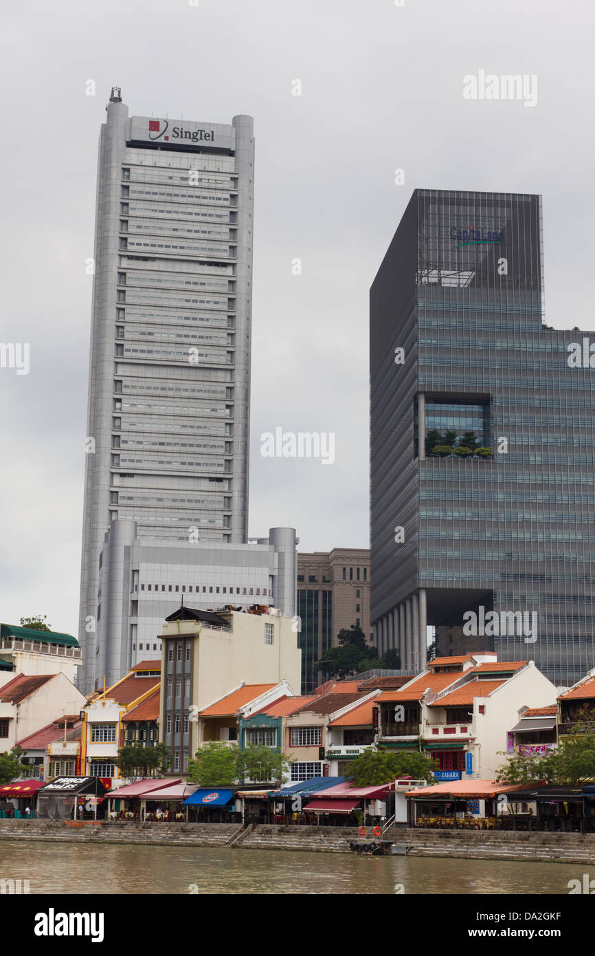 Restaurants and financial building/banks, Boat Quay, Singapore River. - Stock Image