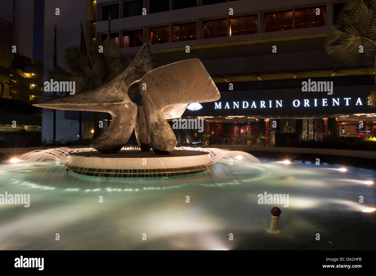 Night time view of the water fountain outside the Mandarin Oriental Hotel, Singapore, Asia - Stock Image