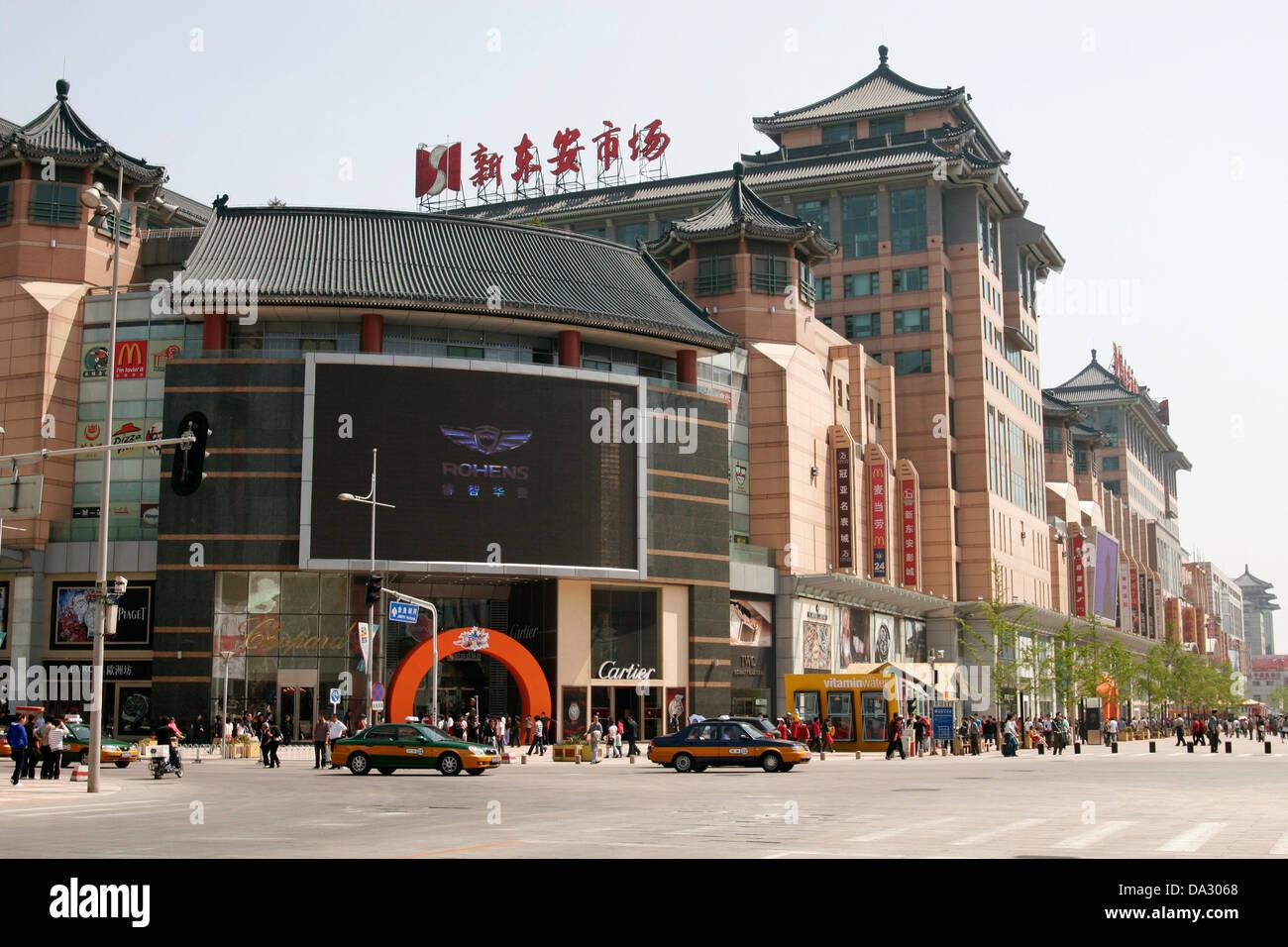 Shopping malls om Wangfujing Street (Wangfujing Dajie), Beijing, China - Stock Image